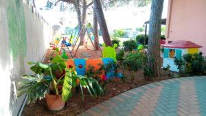Giochi nel giardino dell'asilo nido scuola per l'infanzia La Nuvola di Quartu Sant'Elena